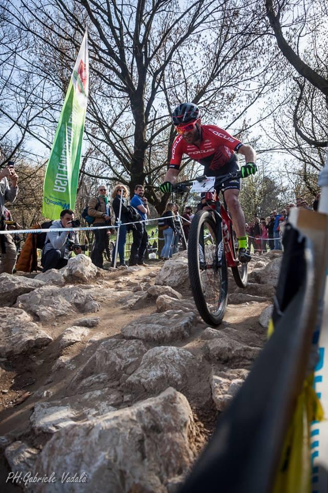 florian vogel in sella alla sua mountain bike sulla montagnetta di milano in occasione degli internazionali italia xco mtb