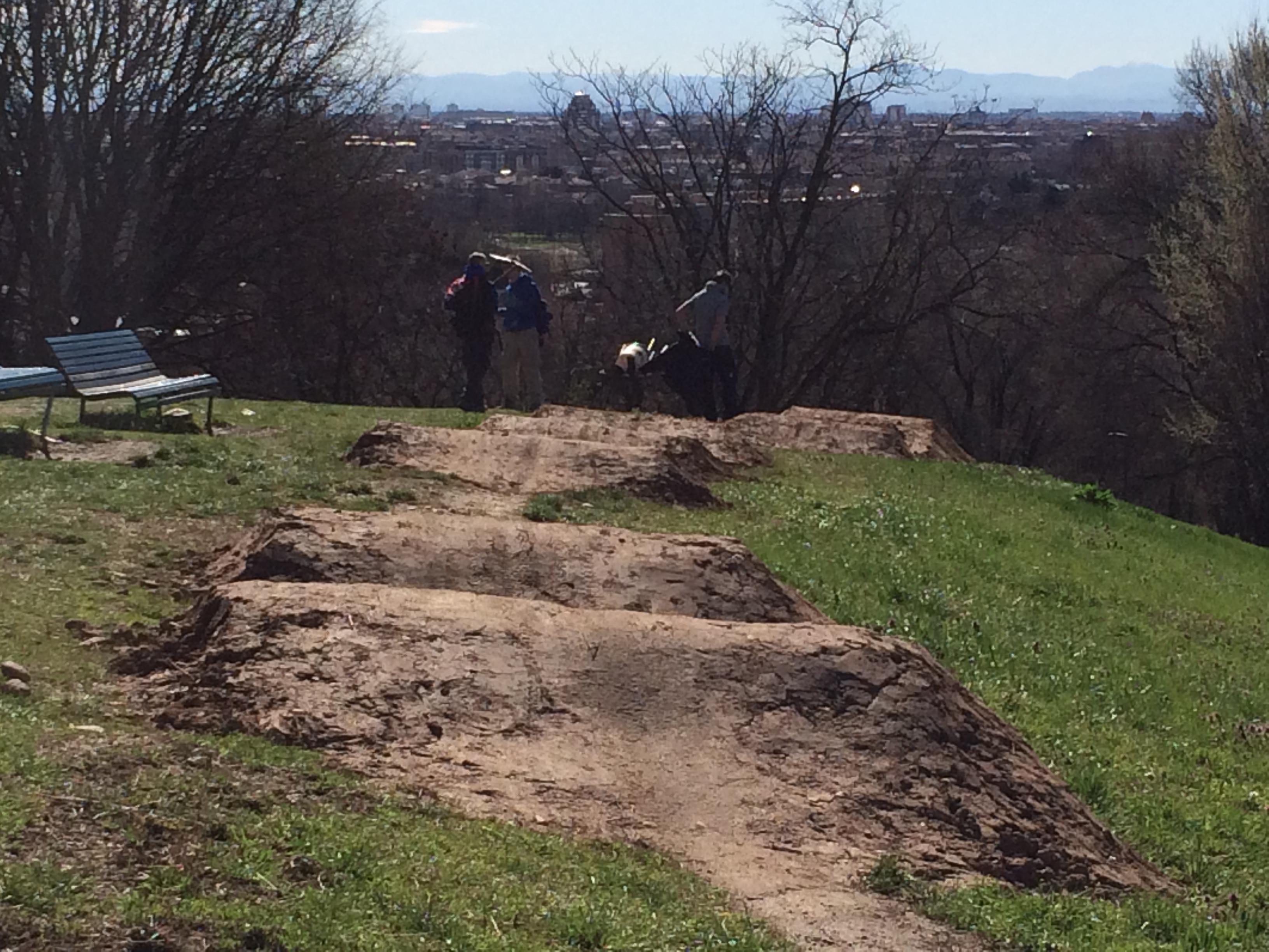 Realizzazione di salti doppi e tripli in terra lungo il percorso degli Internazionali d'Italia XCO MTB