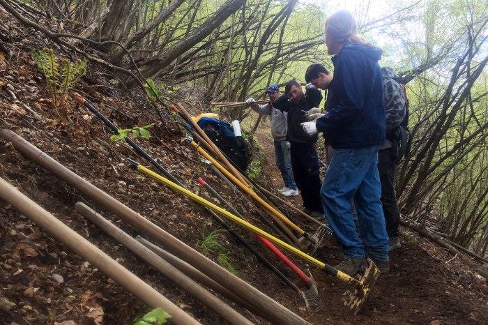 volontari per la manutenzione dei sentieri in montagna si riposano