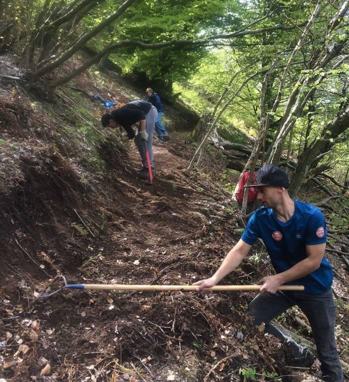 volontari al lavoro per la manutenzione dei sentieri a laveno mombello